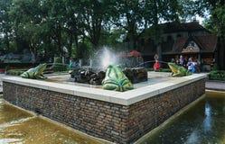 有水分散青蛙的喷泉在Th的童话森林里 免版税库存照片