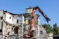 有水力剪的挖掘机在建造场所 免版税库存照片