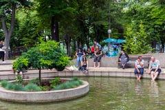 有水和小海岛和人放松的温泉公园 免版税图库摄影
