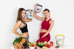 有水壶响铃的美丽的年轻女人和在白色背景的健康菜 概念饮食 - 图象 库存照片