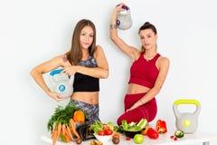有水壶响铃的美丽的年轻女人和在白色背景的健康菜 概念饮食 - 图象 图库摄影