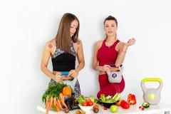 有水壶响铃的美丽的年轻女人和在白色背景的健康菜 概念饮食 - 图象 免版税图库摄影