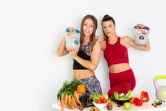 有水壶响铃的美丽的年轻女人和在白色背景的健康菜 概念饮食 - 图象 免版税库存照片