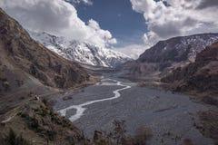 有水小河的Darial峡谷 库存图片