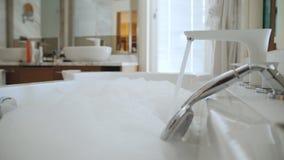 有水拨号的大浴的一个现代卫生间 泡沫在卫生间里 股票视频