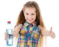 有水显示好标志的瓶的小女孩 免版税库存照片