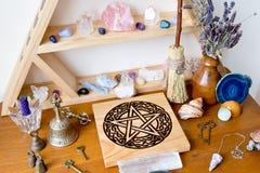 有水晶的异教徒/巫婆法坛,水晶立场,五芒星形法坛 库存照片