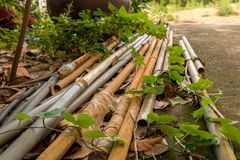 有水水管的-室外庭院绿色Le葡萄酒老PVC管子 库存图片