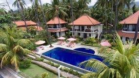 有水池的在沿海,巴厘岛旅馆 免版税图库摄影