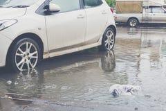有水洪水的汽车 免版税库存图片