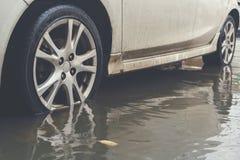 有水洪水的汽车 免版税库存照片
