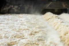 有水流动的急流的小水坝 看见作为线和样式与泡沫 库存照片