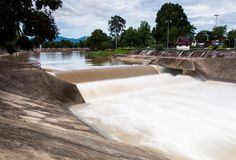 有水流动的急流的小水坝 看见作为线和样式与泡沫 库存图片