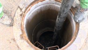 有水管泵浦污水的工作者慢慢流掉排水设备孔 紧急情况服务 影视素材