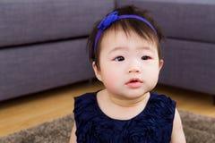 有求知欲表示的小女婴 免版税库存照片