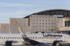 有汉莎航空公司航空器的终端1在法兰克福 免版税库存照片