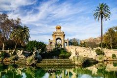 有池塘的壮观的喷泉在Parc de la Ciutadella,巴塞罗那 免版税库存图片