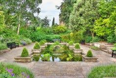 有池塘的田园诗庭院 库存图片