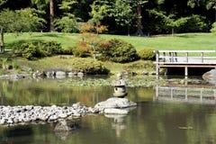 有池塘的美丽如画的日本庭院 免版税库存照片