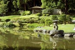 有池塘的美丽如画的日本庭院 库存图片