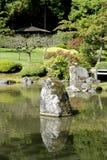 有池塘的美丽如画的日本庭院 图库摄影