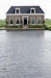 有池塘的议院 库存图片