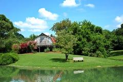 有池塘的谷仓前面的 库存照片