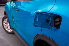 有汽油箱开头的蓝色汽车 免版税图库摄影