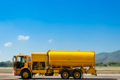 有汽油箱的黄色卡车在跑道 库存照片