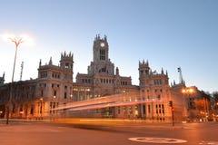 有汽车光芒的通信宫殿点燃,马德里,西班牙 库存图片