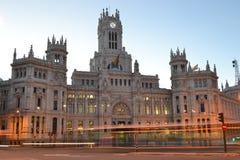 有汽车光芒的通信宫殿点燃,马德里,西班牙 库存照片