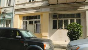 有汽车和舒适房子的,生活在巴统,旅游业美丽的狭窄的街道 影视素材