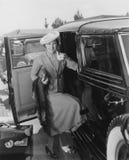 有汽车和行李的妇女 免版税库存图片
