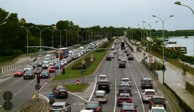 有汽车的六条车道高速公路沿河 库存图片