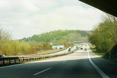 有汽车的德国高速公路在一个晴天 图库摄影
