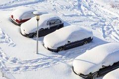 有汽车的斯诺伊街道在冬天降雪以后 免版税库存照片