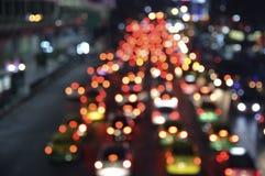 有汽车的被弄脏的五颜六色的夜光城市,抽象backgroun 图库摄影