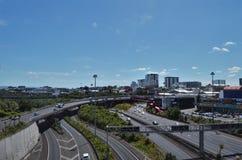 有汽车的高速公路在奥克兰 免版税图库摄影
