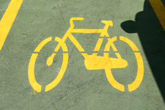 有汽车的阴影的自行车道路 库存照片