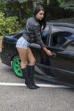 有汽车的年轻性感的妇女 免版税库存照片
