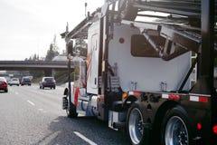 有汽车移动向前在strai的搬运工拖车的大半船具卡车 库存照片