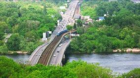 有汽车通行和地铁的高速公路 股票视频