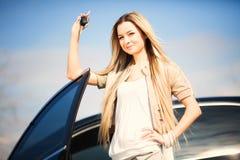 有汽车钥匙的女孩 免版税图库摄影