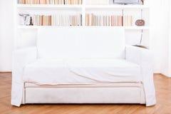 有沙发或长沙发的家庭书库 干净和现代装饰 免版税库存图片