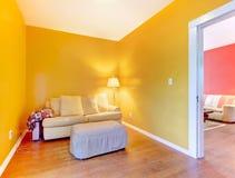 有沙发的橙色和桃红色房间 库存图片