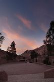 有沙子和太阳的西奈沙漠在与山的12月在星期一 免版税库存照片
