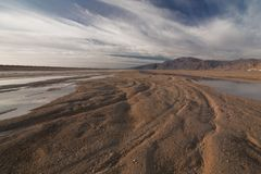 有沙子和太阳的西奈沙漠在蓝天下在海上的12月 图库摄影