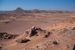 有沙子和太阳的西奈沙漠在蓝天下在12月 免版税库存照片