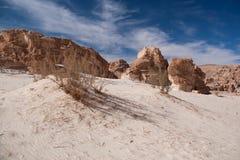 有沙子和太阳的西奈沙漠在蓝天下在12月 免版税库存图片