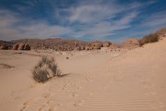 有沙子和太阳的西奈沙漠在蓝天下在12月 免版税图库摄影